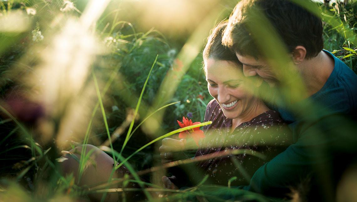 Mann und Frau sitzen in einen Garten