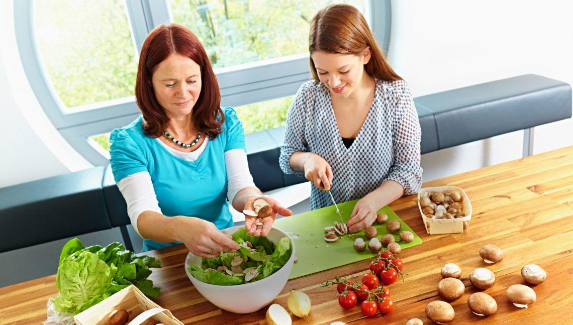 Zwei Frauen beim Zubereiten von Pilzsalat