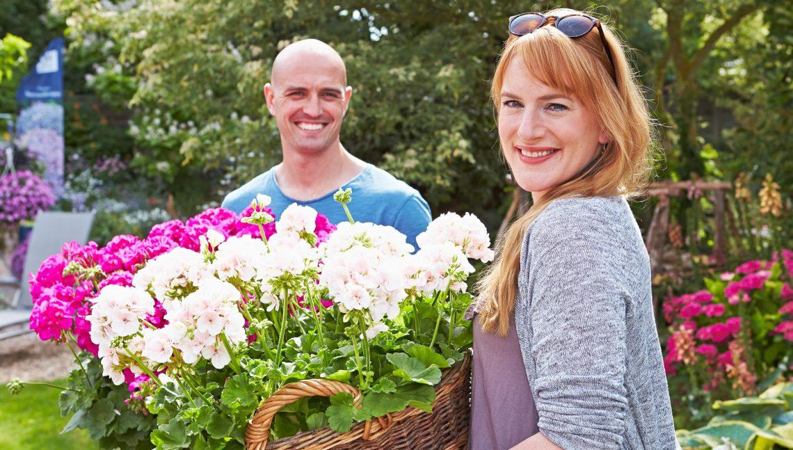 Frau mit großem Blumenkorb
