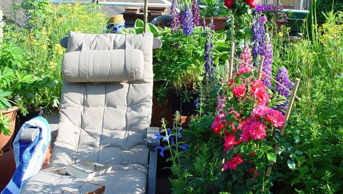Dachterasse mit Blumen und Liegestuhl