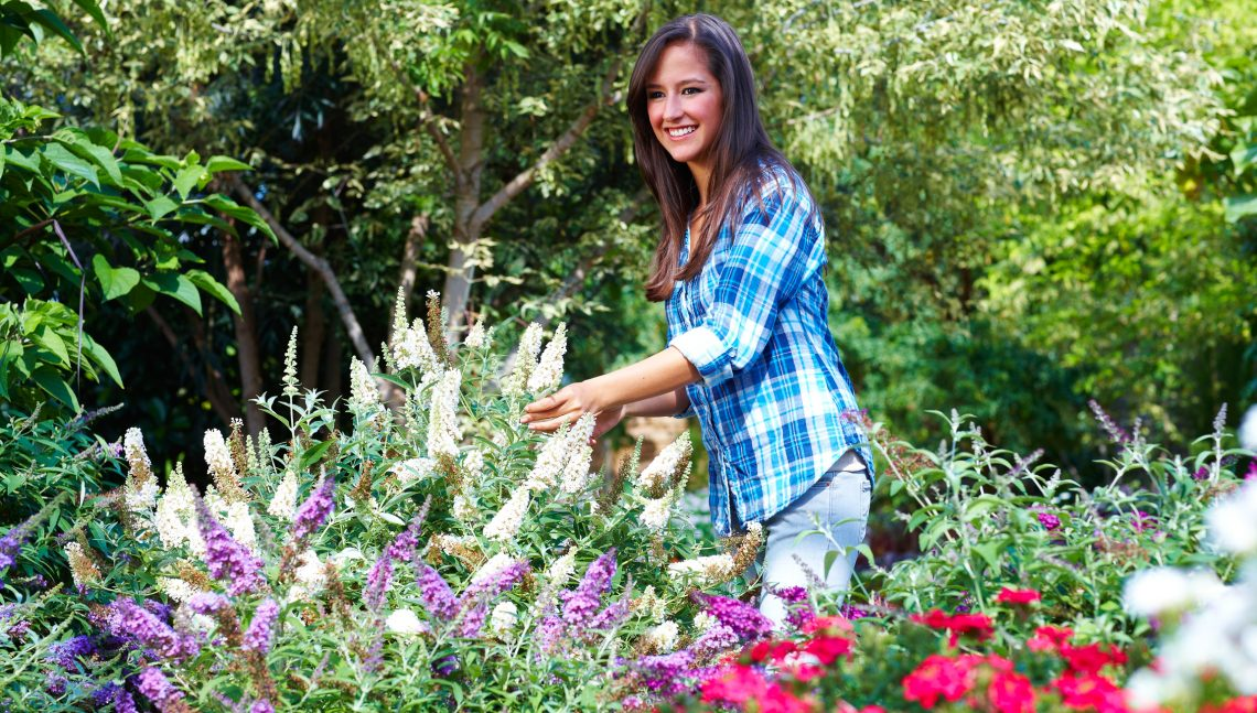 Frau im Blumengarten