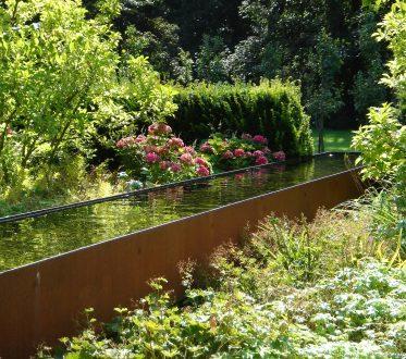 Wasserbecken in einem Garten
